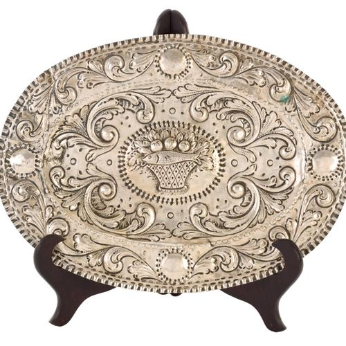 Piccolo vassoio ovale in argento sbalzato con decorazione a volute e cesto di fr…