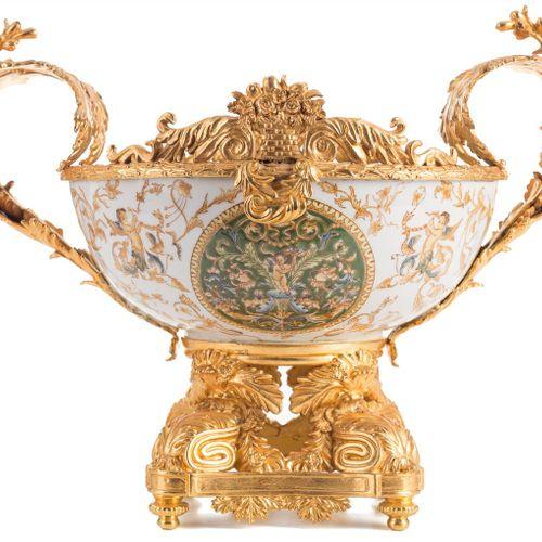 Centrotavola francese in porcellana smaltata e bronzo dorato. Decorato con motiv…