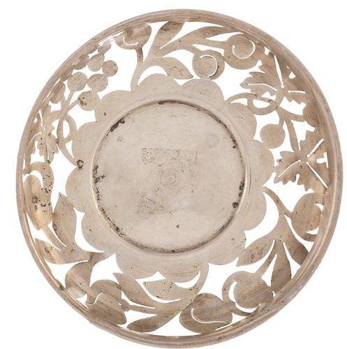 Piatto d'argento traforato decorato con frutta. 2 x 14 x 14 x 14 cm Peso: 60 gr