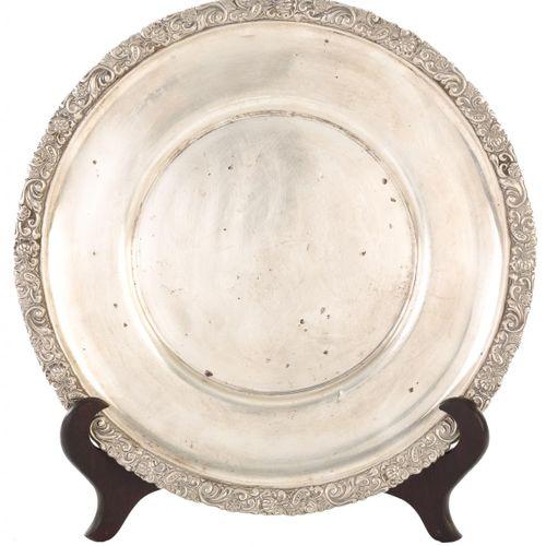 """Piatto con bordo in rilievo in argento punzonato S. XIX. 30 cm Punzone: """"J. Pére…"""