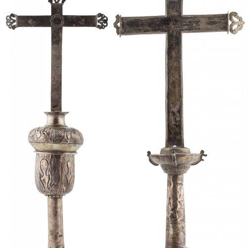 Coppia di croci processionali in argento di croce latina con bracci piatti e fin…
