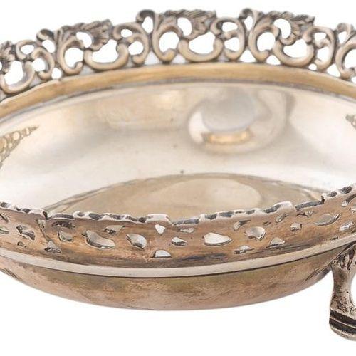 Ciotolina in argento punzonato con decorazione vegetale. 4,5 x 12 x 12 cm Peso: …