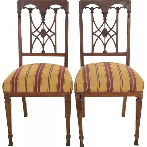 Coppia di sedie inglesi in mogano con schienale traforato. H. 1880. 90 x 42,5 x …
