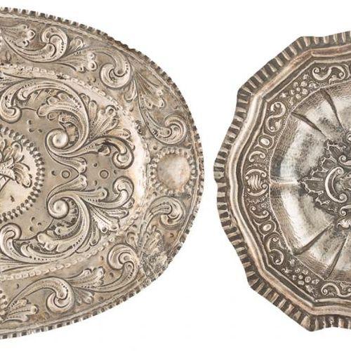 Lotto di due vassoi ovali in argento contrastato con decorazione in rilievo con …