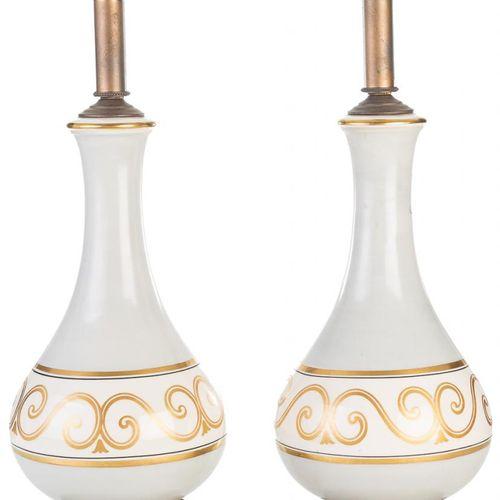 Coppia di piedi di lampada in porcellana, decorati in oro. 58 x 17 cm