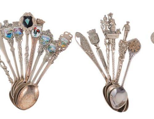 Lotto composto da trentasette cucchiai da caffè in argento punzonato, souvenir d…