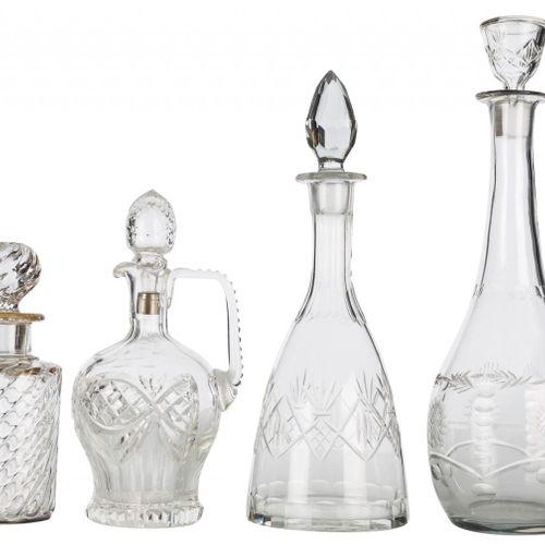 Lotto di quattro bottiglie con tappo di vetro con decorazione intagliata. S. XX …
