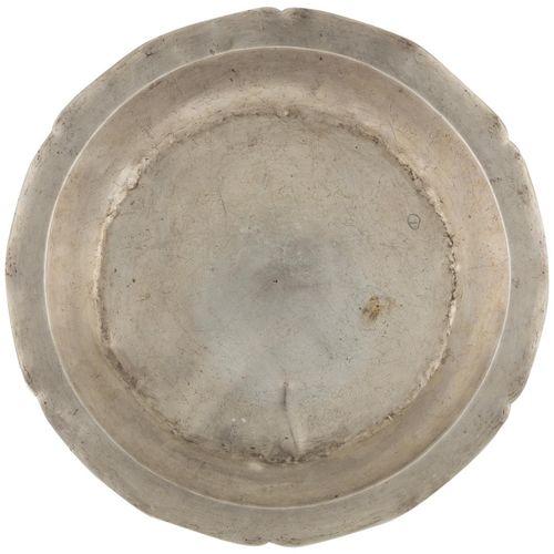 Vassoio in argento a contrasto, secondo i modelli vicereali, con bordo intarsiat…
