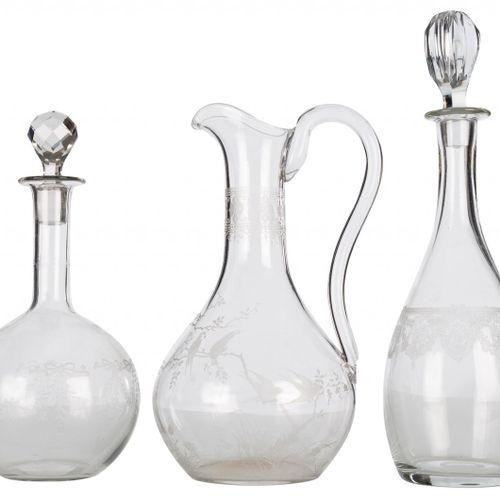 Set di due bottiglie con tappo e un decanter in vetro incolore con decorazione n…