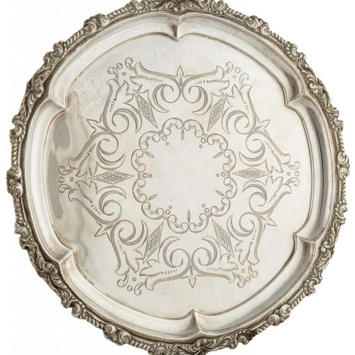 Salvilla in argento con bordo lobato con motivi vegetali e centro con decorazion…