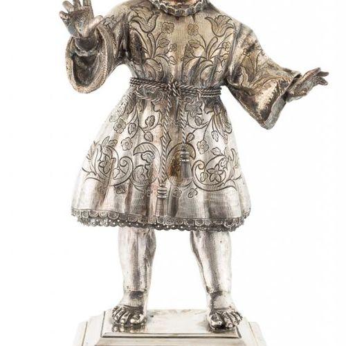 ESCUELA ESPAÑOLA, S. XX Gesù Bambino Argento inciso con decorazione incisa Con b…