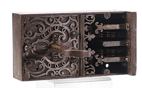 Serrure de coffre et sa clef. Travail de maîtrise de la fin du XVIIe siècle ou d…