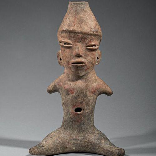 Vénus Symbole de fertilité, cette vénus assise est représentée avec des bras atr…