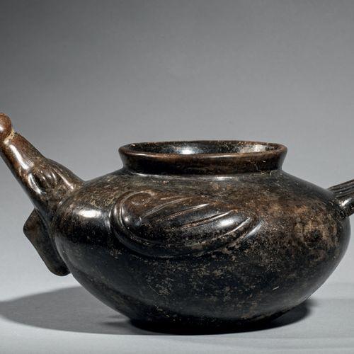 Vase zoomorphe La panse oblongue est pourvue d'une ouverture centrale décorée de…