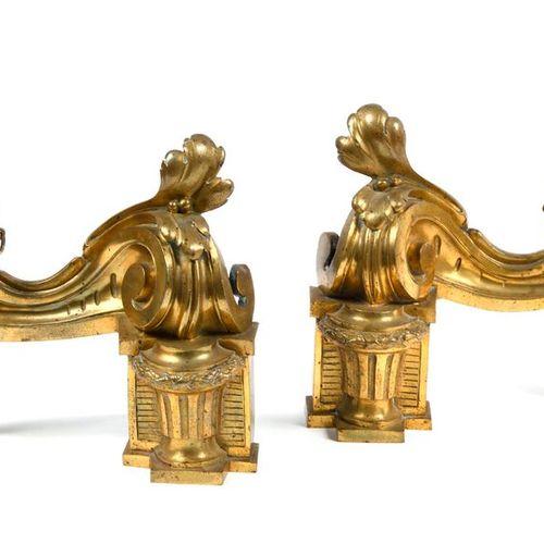 Paire de chenets en bronze à décor de pots à feu  Style du XVIIIe siècle  H.: 25…
