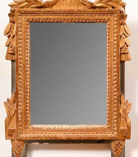 Petit miroir en bois doré  Style Louis XVI  38 x 27 cm (manque le fronton)