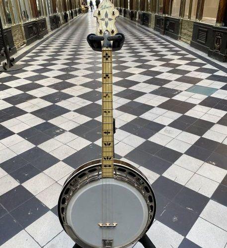 Banjo ténor de marque The gibson, modèle  Circa 1920, resonnateur revernis et mo…