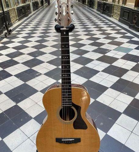 Guitare folk de marque Guild modèle GAD F4OPNAT  N° de série GAD 24151  Fond ecl…