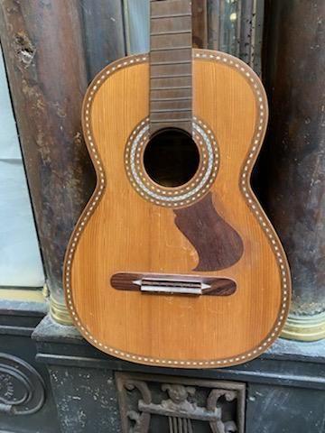 Guitare espagnole de Salvador Ibanez, c.1890, Valence. Table d'harmonie décorée …