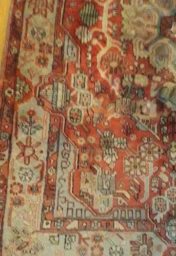 Tapis Nahavand (Iran) à fond orangé et à décor de médaillon central à décor végé…