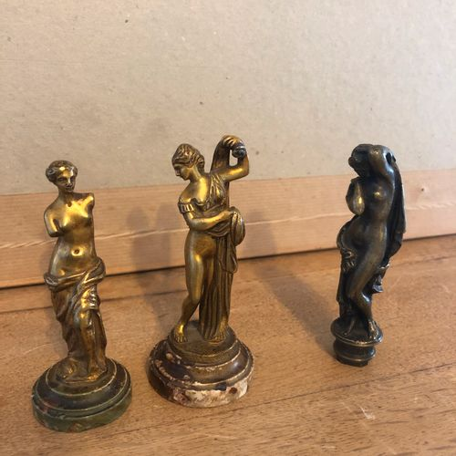 Meeting of 2 sculptures and 1 stamp