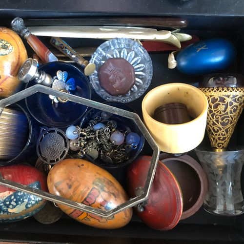 """Lot including """"decorative eggs"""", stamps, a metal case, a gilded metal zarf..."""