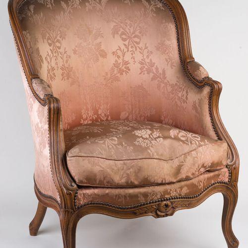 Bergère à accotoirs de style Louis XV.