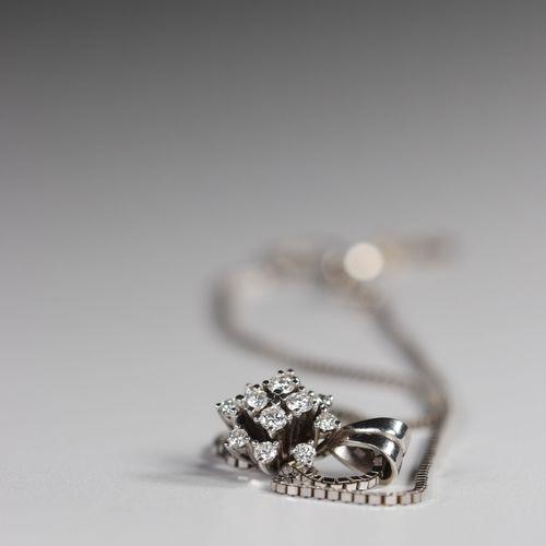 Collier et pendentif en or blanc (18k) pendentif orné de diamants Collier et pen…