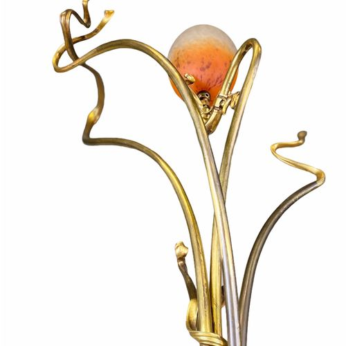 Victor Horta (attribué à) Imposante lampe de salon piétement végétale en bronze.…