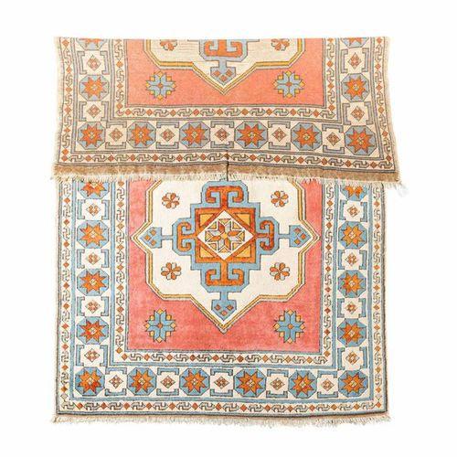 Orientalischer Teppich. 20. Jahrhundert, ca. 200/130 cm. Oriental carpet. 20th c…