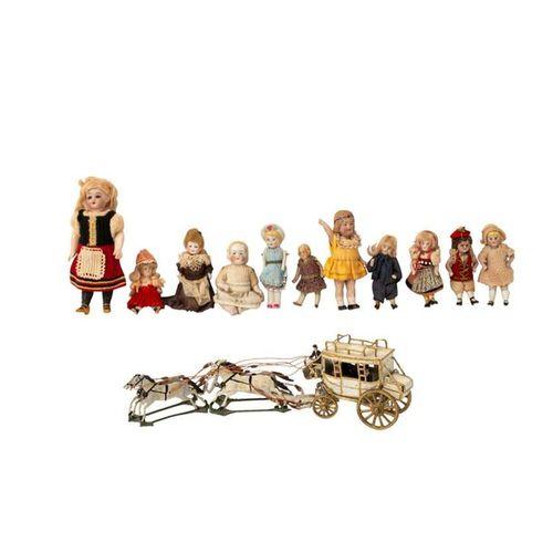 Konvolut von 12 Puppenstubenpuppen und Zinnfigurenkutsche, 1. H. 20. Jh. Lot of …
