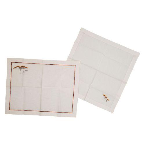 HERMÈS Tischset. 爱马仕餐垫。两件式100%纯棉白色,有浅棕色的细节和刺绣(树与长颈鹿)。45x45和51x39厘米。