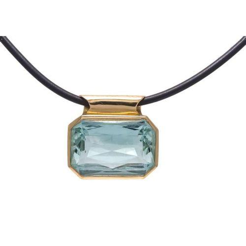 Aquamarine pendant GG 750/000 with a very good scissors cut fac. Aquamarine 25.9…