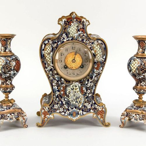 Cloissonné table clock 2nd h. 19th c., with 2 vase side plates, mainly in blue t…