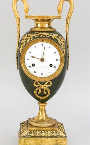Vase pendulum with swan necks as handles, 1st half 19th c., decorated with ribbo…