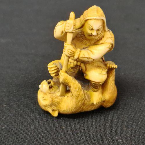 Lot de quatre netsukés japonais en ivoire vers 1900. Le modèle aux trois singes …