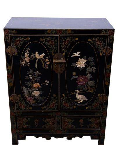 Cabinet en bois laqué noirChine, milieu du XXe siècle avec deux portes et deux t…