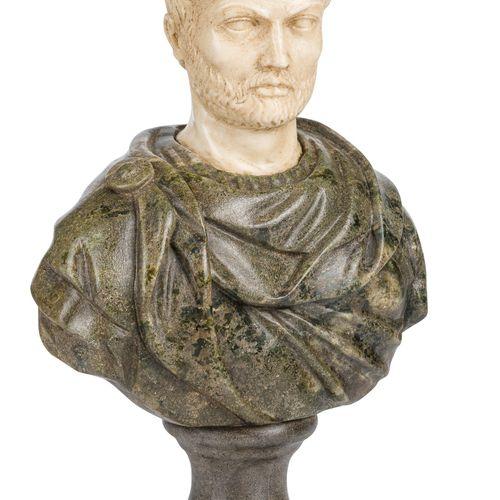 Roman emperor tête en marbre statuaire, la partie inférieure est en marbre vert …
