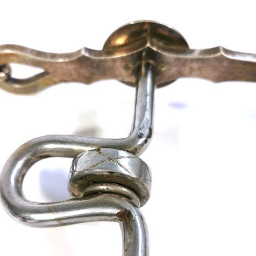 """Mors de cheval en métal argenté en forme de """"H"""" avec une roulette à rotation lib…"""