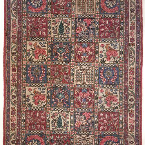 Grand tapis BAKTIAR DJAHAD (Iran), vers 1985  Dimensions : 210 x 130 cm  Caracté…