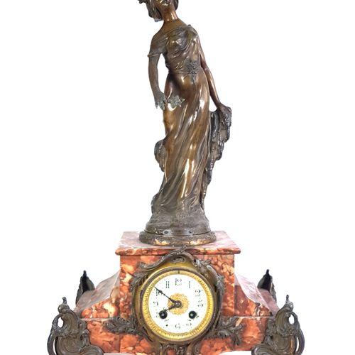 Pendule de cheminée en marbre griotte et bronze ornée d'une allégorie en régule …
