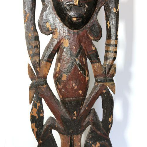OCÉANIE, fin XIXe début XXe siècle  Totem en bois sculpté polychrome  H. 171 cm …