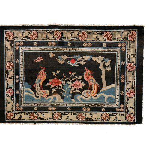 Original tapis Chine Bao Tao, fin XIXe début XXe  Sur fond bleu nuit deux phénix…