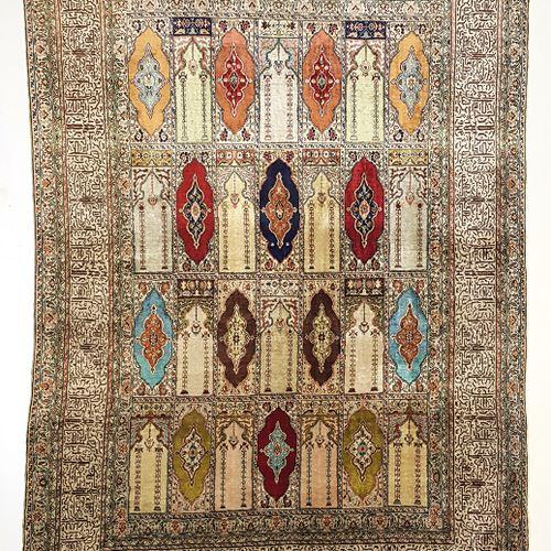 Fin tapis Kayseri (Turquie), vers 1975  Dimensions : 175 x 123 cm  Caractéristiq…