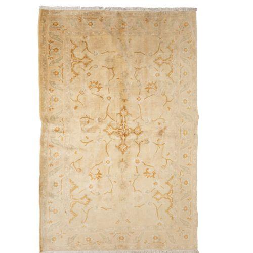 Tapis indien Chobi dans la tradition des Agra, vers 1980  Dimensions : 220 x 170…