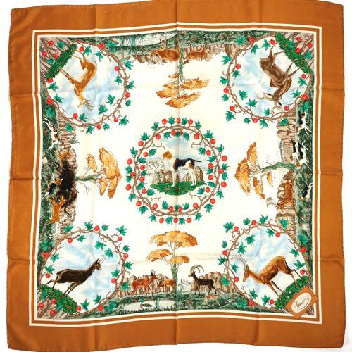 GUCCI  Carré en soie à décor cinégétique  84 x 86 cm  Légères usures d'usage