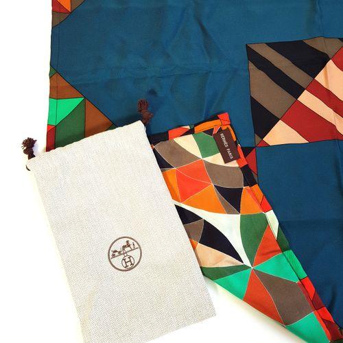 HERMÈS  Carré en soie à motifs modernistes avec sa pochette  63,5 x 65,5 cm