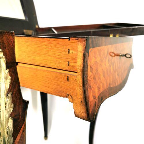 Tavolo da libro intarsiato con cubi di palissandro in cornici di palissandro; di…