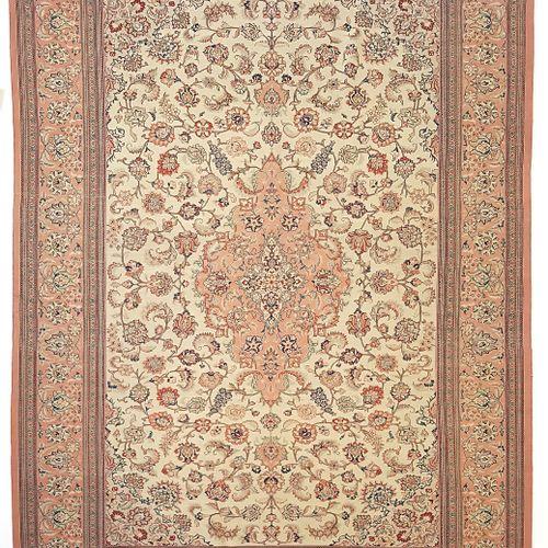 Fin tapis Ghoum en soie (Iran), vers 1980  Dimensions : 196 x 138 cm  Caractéris…