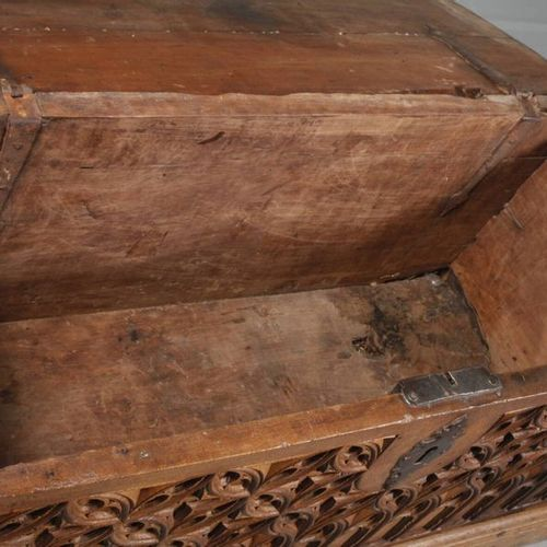 Petit coffre gothique  probablement du XVIe siècle, en noyer massif, façade rich…